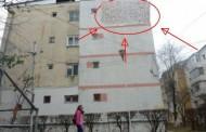 Ce a făcut un botosanean după ce şi-a izolat apartamentul. Toţi trecătorii îşi fac cruce în faţa blocului, acum.