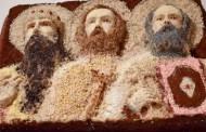 Sculptură în colivă la o biserica din Tatarasi. Sfinții Trei Ierarhi, zugraviti din bombone, dupa chipurile si asemanarea unor preoti reali