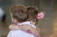 Dacă cineva vă va lua în braţe astăzi să nu vă speriaţi pentru că lumea sărbătoreşte Ziua Internaţională a Îmbrăţişărilor.