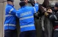 A vrut sa protesteze pe grupul statuar din Piata Unirii si a ramas blocat intre statui