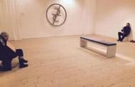Doi cerşetori din România, folosiţi ca exponate la o galerie de artă din Suedia. La cat mai multe expozitii, ca exponate avem!