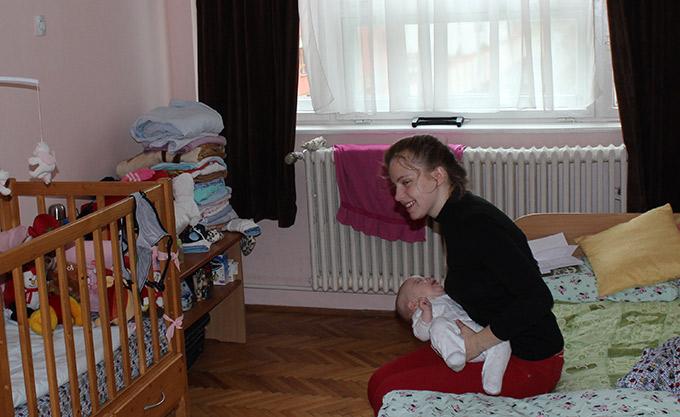 O mamă din Iasi e datoare vândută după plafonarea indemnizatiilor pentru cresterea copilului