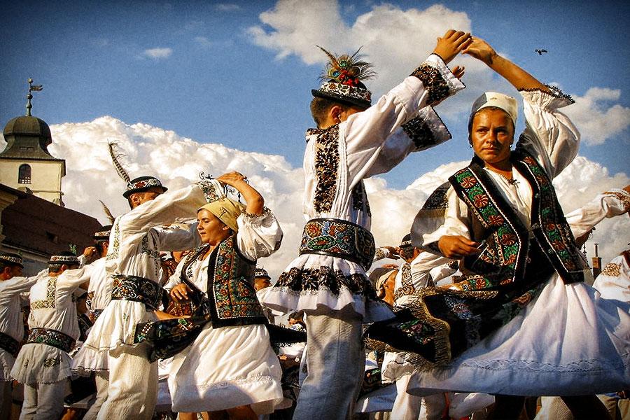 """O saptamana de arta, traditii si obiceiuri folclorice în parcul Copou. Vezi oferta Festivalului """"Romanasul"""""""