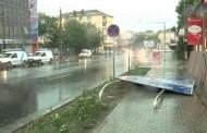 Inundatii grave în mai multe judete din tară, după ploile torentiale. Sute de oameni sunt izolati din cauza viiturilor