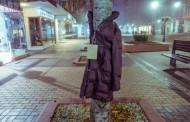 """Campanie umanitara distrusa de tigani. Copacii din centrul Iasului au fost """"jumuliti"""" de haine"""