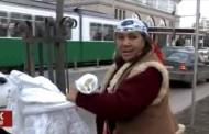 VIDEO. Reactia acestei femei cand e prinsa luand o haina lasata pentru sarmanii care ingheata in frig