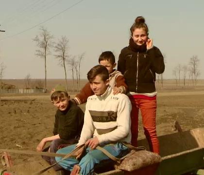 Povestea emotionanta a patru orfani din Iasi care lupta sa ramana impreuna in casa parinteasca