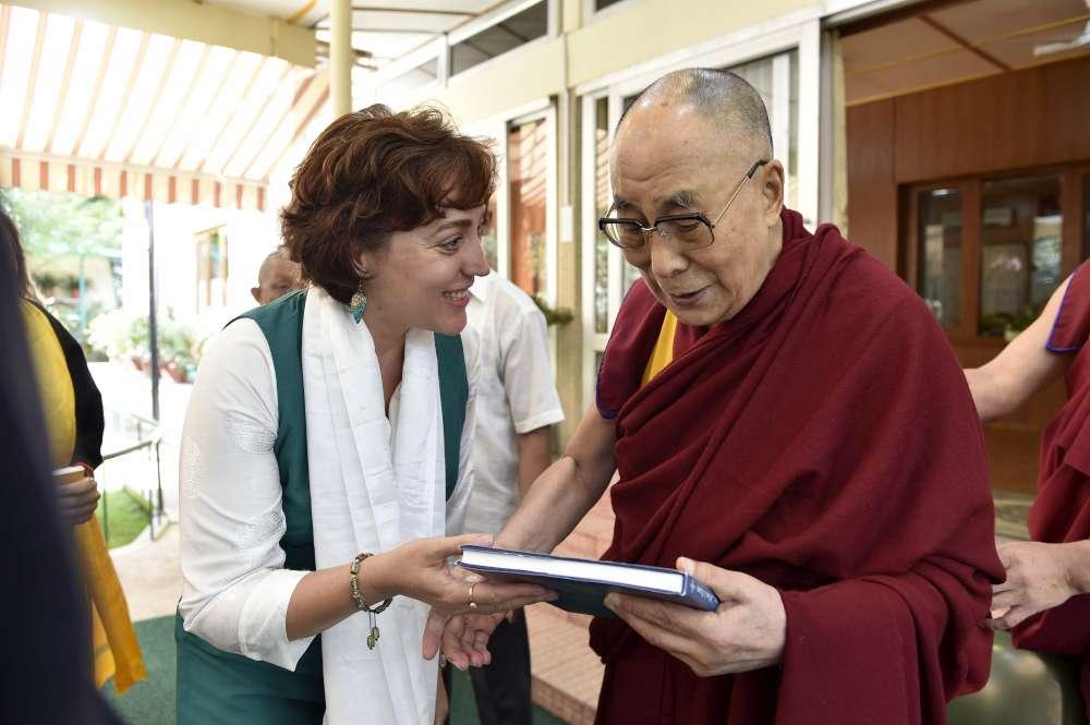 Album cu pozele Regelui Mihai, în mâinile lui Dalai Lama. O clipă în eternitate, petrecută alături de liderul spiritual al Buddhismului