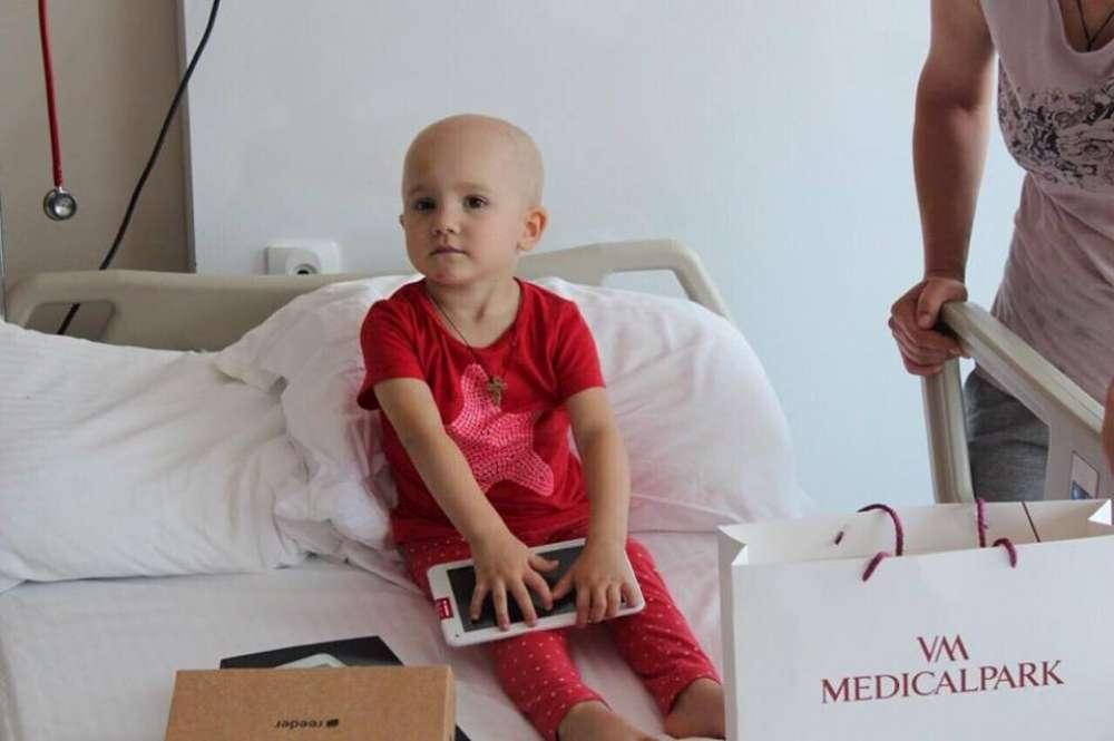 Diagnosticată cu Retinoblastom (cancer la ochi), micuţa Alina a fost salvată de la orbire!