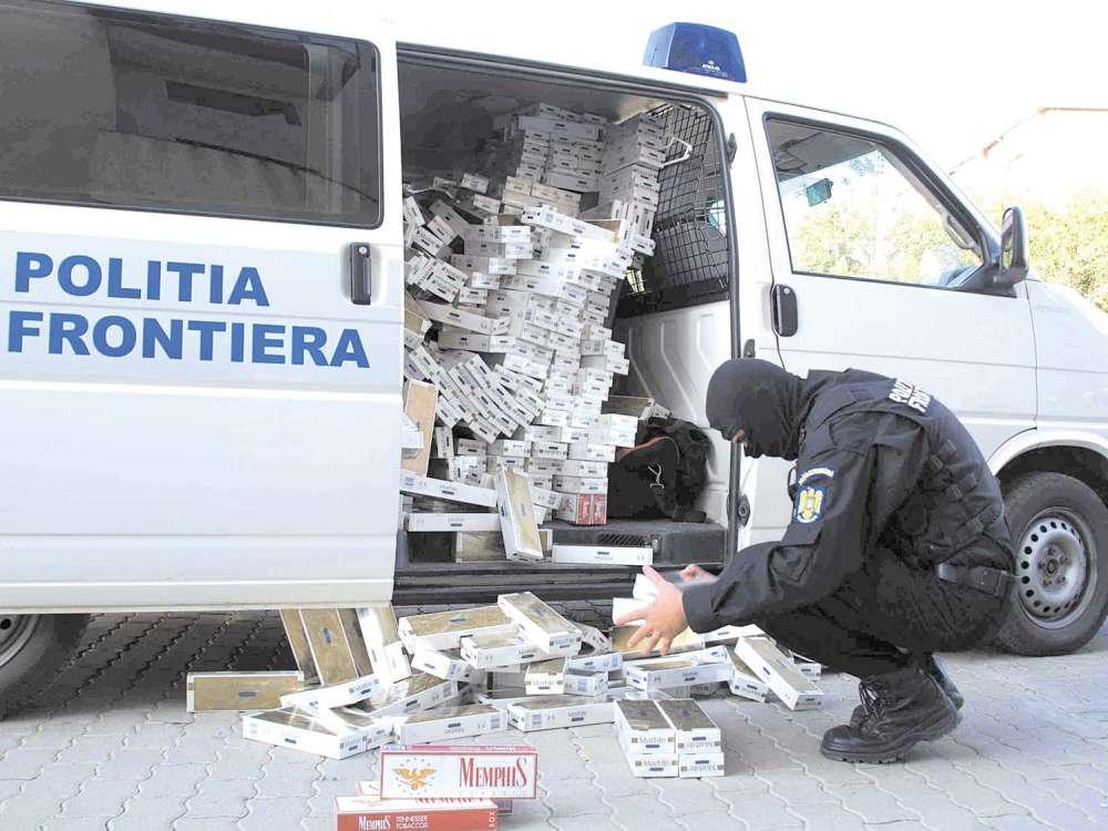 Trei saci cu tigari de contrabanda si un autoturism, confiscate de politistii de frontiera la Voinesti