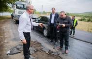 Asfalt electoral! Gospodarul satului scoate utilajele la peticit drumurile din judet in prag de iarna