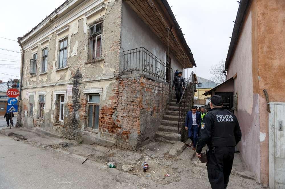 "FOTO. Ginerica din ghetou! Chirica, dupa ce a intrat in casele distruse de tiganii traficanti de droguri: ""Nu vom mai gazdui traficanti!"""