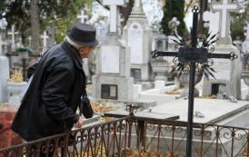 Îngropaţi de-a valma în morminte străine. Birocraţia morţii îi ucide pe cei vii în afacerea cimitirelor