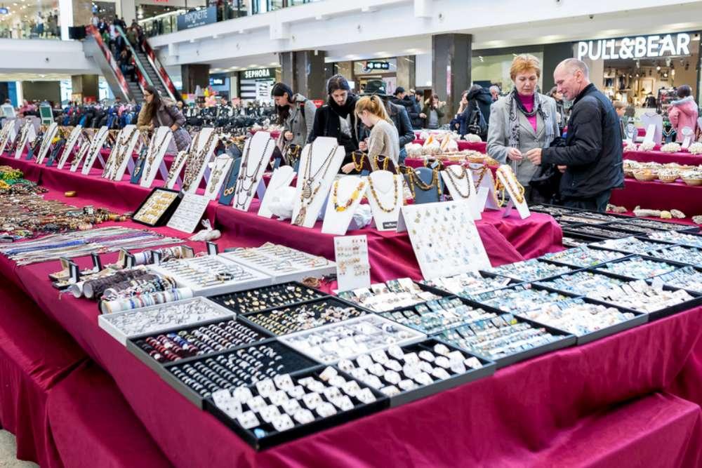 Bijuterii cu tematica marina si genti in tendintele sezonului, la Expomineralia si Bag Expo, in Palas Mall