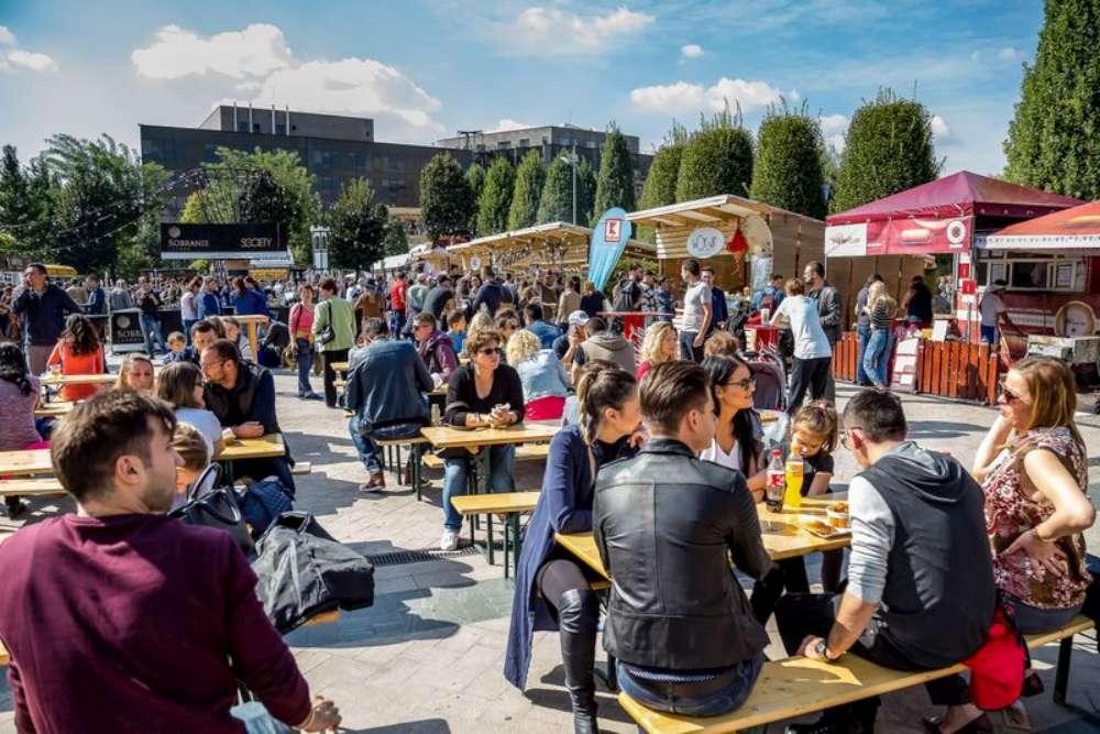 Delicii, muzica live si proiectii cinematografice in aer liber, la Street Food Festival, in Parcul Palas