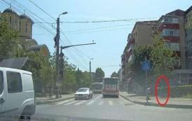 VIDEO. Compania de Transport Public ucide! Tânăr din Iaşi lovit fatal de un cablu agatat de un autobuz