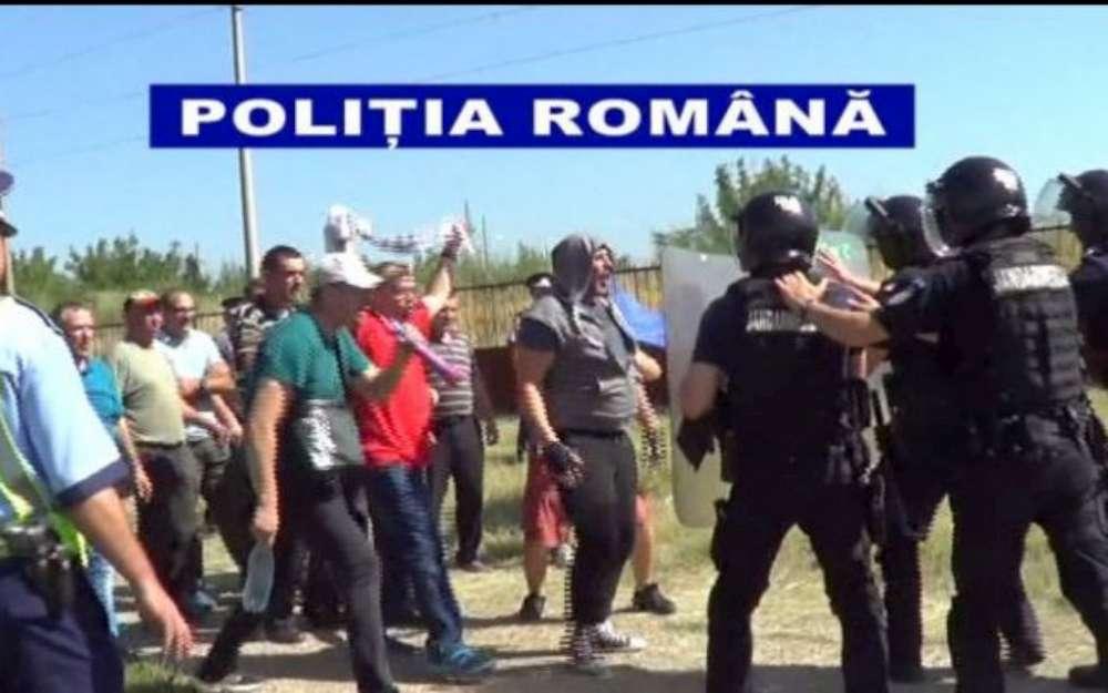 Politisti agresati la Holboca în timp ce încercau să protejeze victimele unei bătăi. Primatele l-au amenintat pe seful de post ca-i vor taia gatul