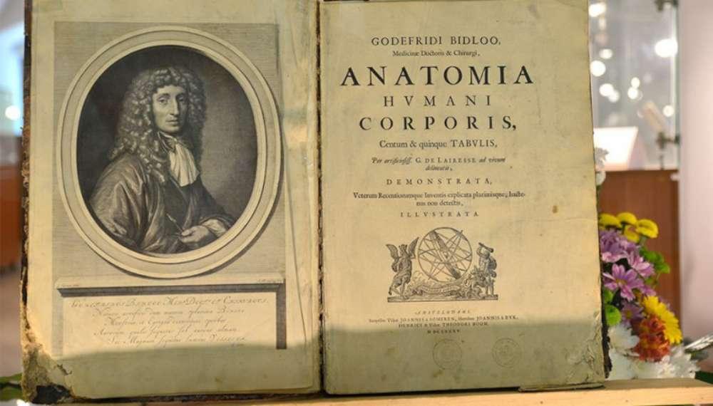 Atlas de anatomie de acum 330 de ani, tipărit de medicul personal al regelui Angliei, deţinut de UMF Iasi