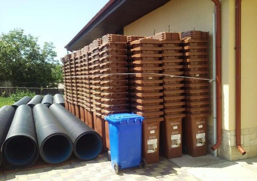 Salubris cumpara peste 10 mii de pubele. Iesenii care stau la case vor avea cate doua pubele pentru gunoi