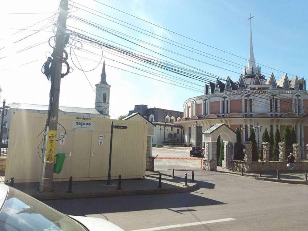 Veceuri pentru pelerinii ortodocsi veniti la Sfanta Parascheva, puse in poarta Episcopiei Catolice din Iasi