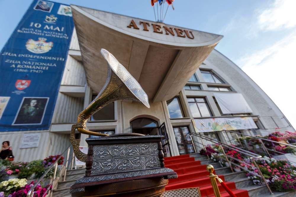 """Vernisajul expozitiei de documente si obiecte de patrimoniu """"România Regală – Mărturiile unei dinastii"""", la Ateneul din Iasi"""
