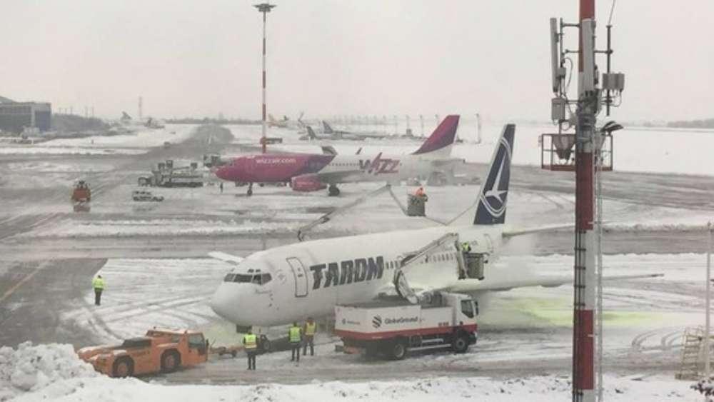 Aeroportul Iasi este inchis din cauza ninsorilor abundente iar traficul rutier din Moldova este blocat pe mai multe sectoare de drum
