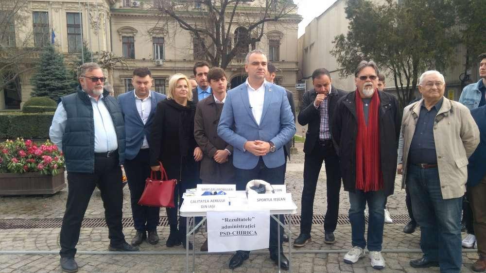 """FOTO. Conferinta inedita pe pietonalul defrisat de Mihai Chirica. Liberalii i-au ridiculizat edilului """"maretele realizari"""""""