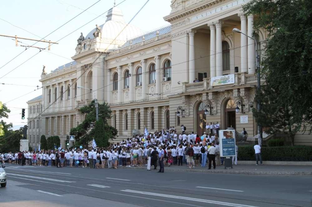 Tinerii din Iași atrag atenția: Guvernul României alocă anual un covrig pe fiecare tânăr, pentru activități de tineret!