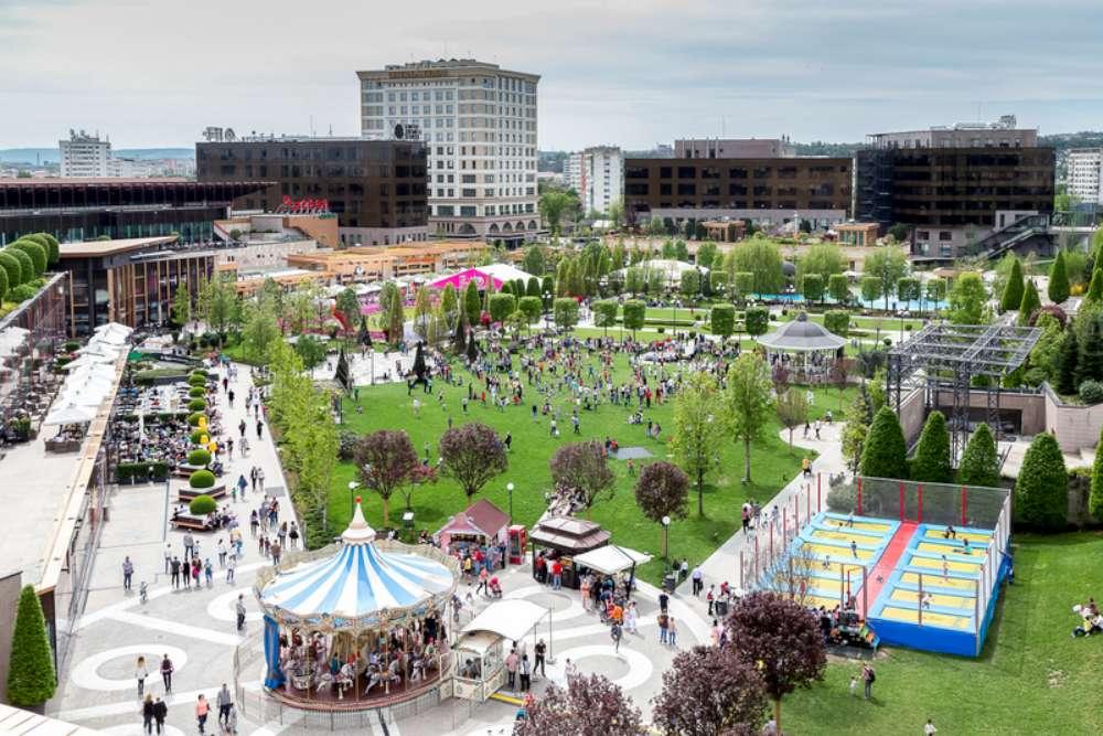 Sesiuni de distractie in aer liber, la trambulinele si caruselul din Parcul Palas