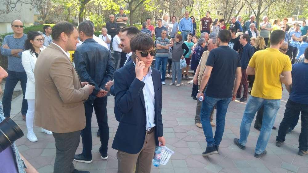 """FOTO. Protestul locuitorilor din Tatarasi, confiscat de liberali. """"Sa vina magarul de primar sa vorbeasca cu noi!"""""""