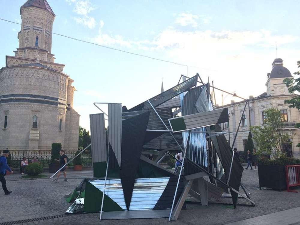 """A fost dezlegat misterul """"acoperisului contorsionat"""" de pe pietonal. Cine este artistul si ce reprezinta """"aratarea"""" de 16 mii de euro"""