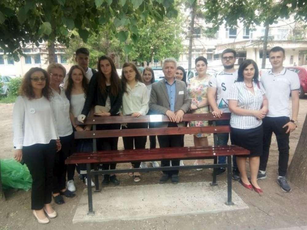 Elevii au ajuns sa faca curatenie in curtea spitalului condus de Radu Terinte