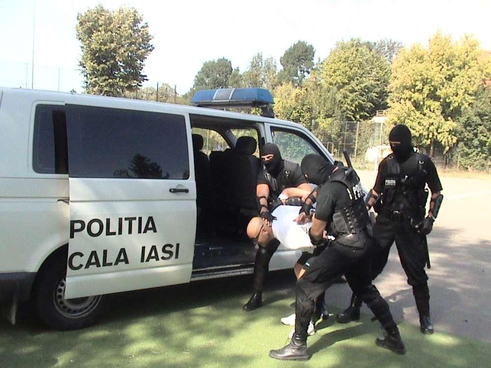 Demonstratie in forta a mascatilor de la Politia Locala Iasi, pe pietonalul Stefan cel Mare