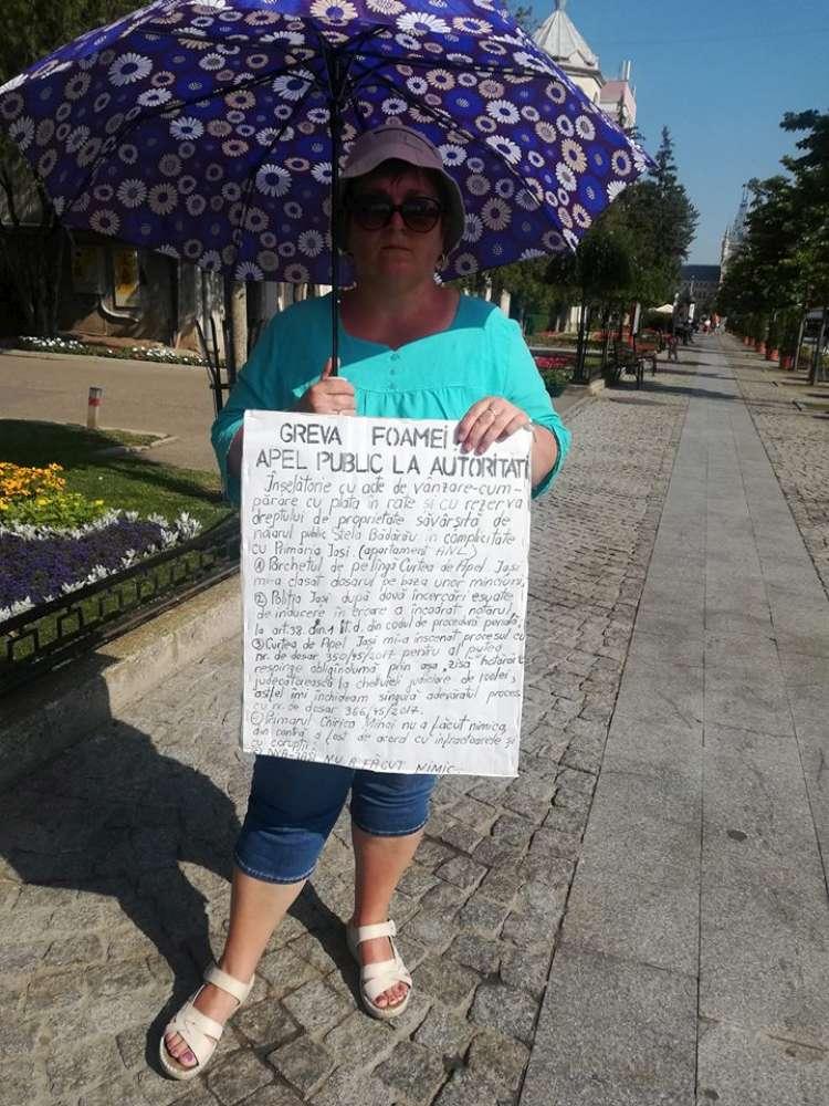 Cine este femeia care protesteaza in fata Primariei din Iasi