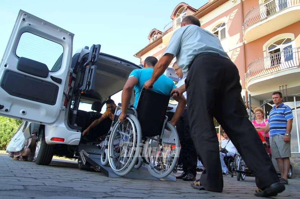 VIDEO/Șofer din Brăila filmat coborând din mașină la o trecere de pietoni ca să ajute o persoană cu handicap. Gestul devenit viral a stârnit un val de aprecieri