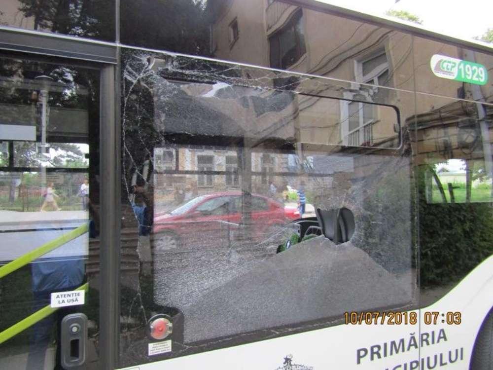 Autobuz CTP vandalizat in Pacurari. Autorul atacului este cautat de Politie
