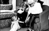 FOTO. Imagine emotionantă cu Kirk Douglas, la 101 ani, alaturi de strănepoata lui