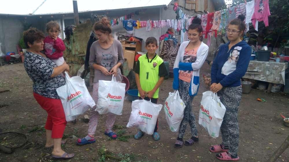 Campaniile umanitare AgoraPress! Cadouri de vacanta pentru 20 de copii din familii sarace ale judetul Iasi