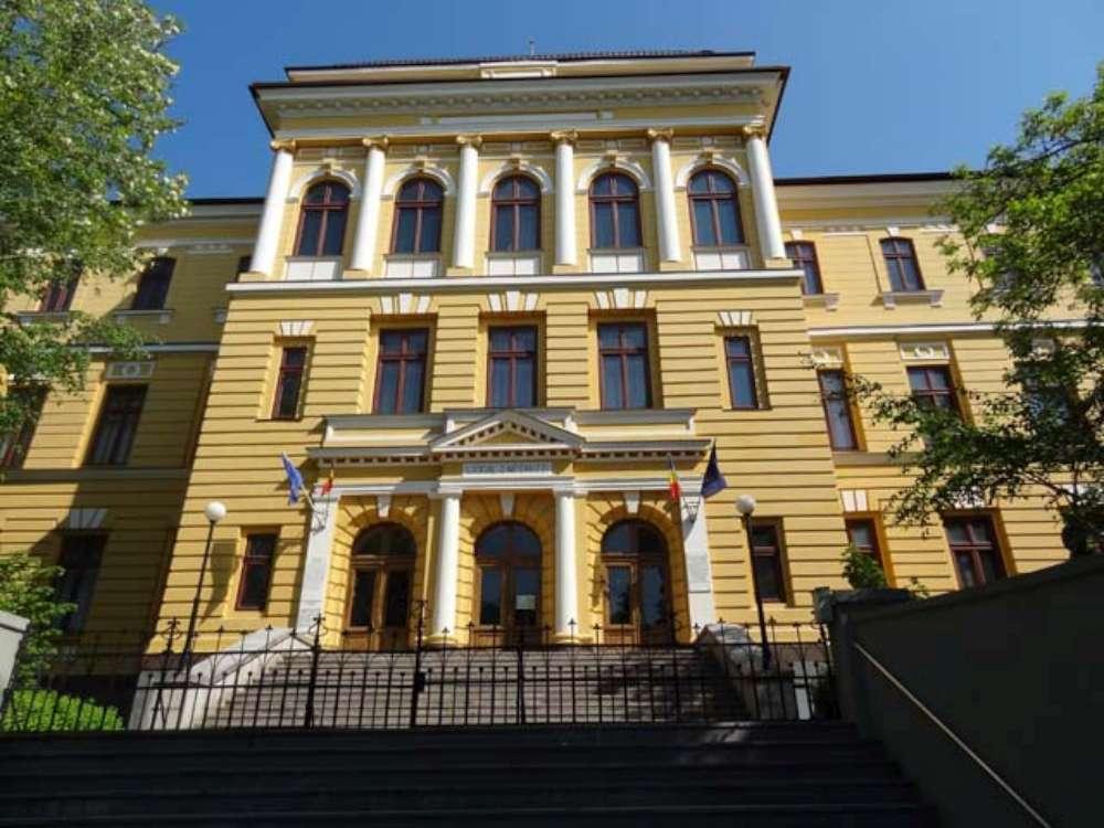 Peste 1100 de burse scolare destinate elevilor de la Colegiul Negruzzi din Iasi au disparut peste noapte