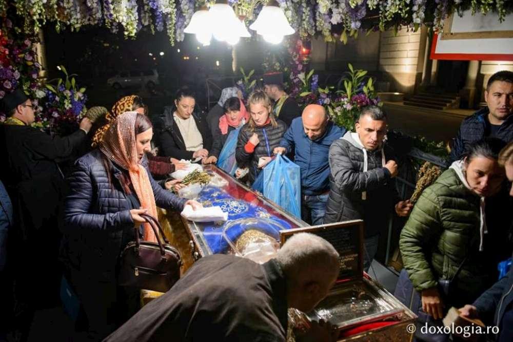 Mii de pelerini ajung la Iași pentru a se închina la moaștele Sfintei Cuvioase Parascheva și Sfintei Mari Mucenițe Ecaterina