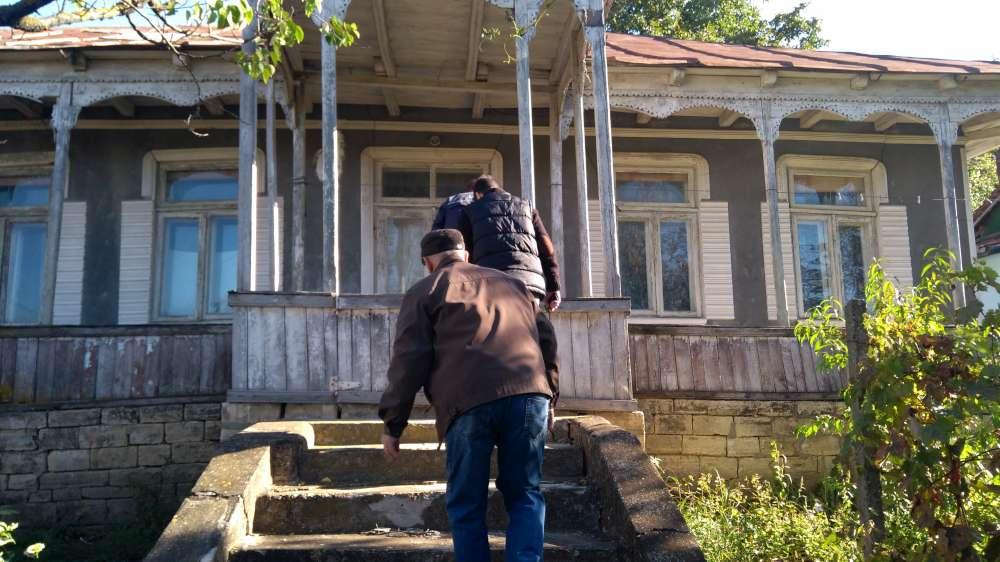 Padure taiata si casa jefuita langa postul de politie din Schitu Duca. Fost sef de post, tata hotilor
