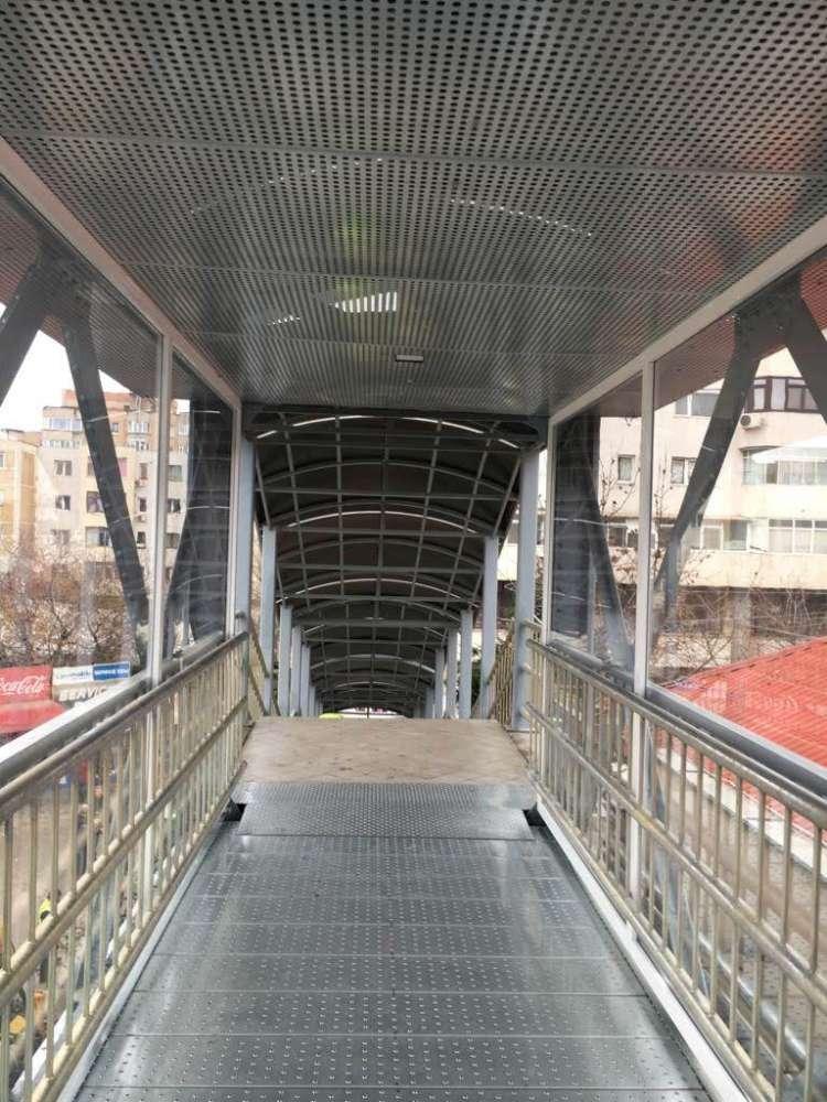 FOTO.  Pasarela de la Gară a fost redeschisă traficului pietonal