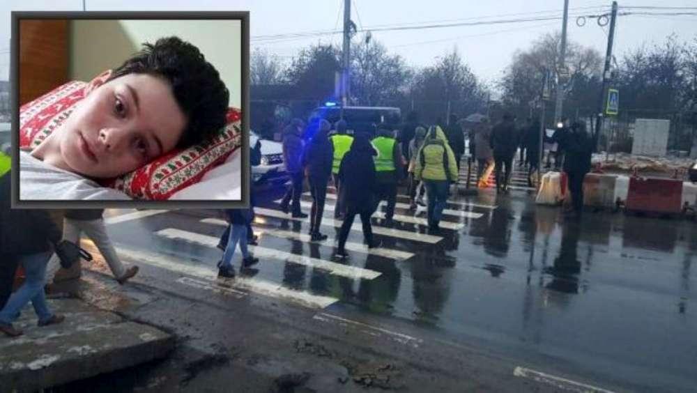 """VIDEO. """"Vestele galbene"""" din Valea Lupului au protestat din nou pe trecerea de pietoni unde a fost paralizată Ana Maria Tănasă"""