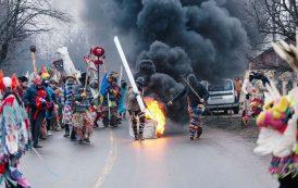 FOTO. Scene de razboi intr-o comuna din Iasi. Cauciucuri incendiate si altercatii violente intre cetele de mascati
