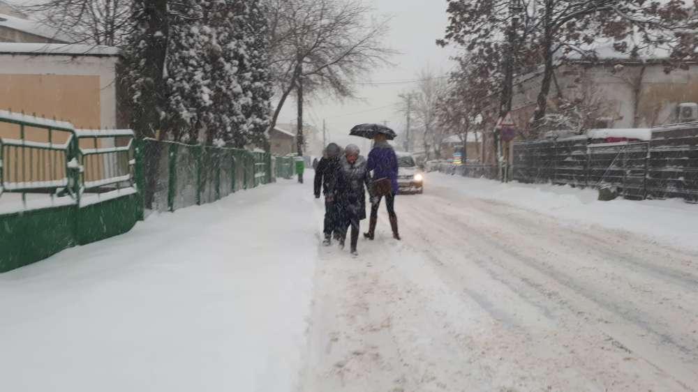 FOTO. Trotuare impracticabile la Iasi. Oamenii merg direct pe strada, printre masini