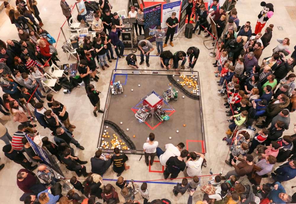 Spectacol cu roboti creati de liceeni, duminica, la Palas