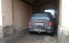 O puslama dintr-un partid fantoma si-a facut parcare dintr-o cale publica de acces