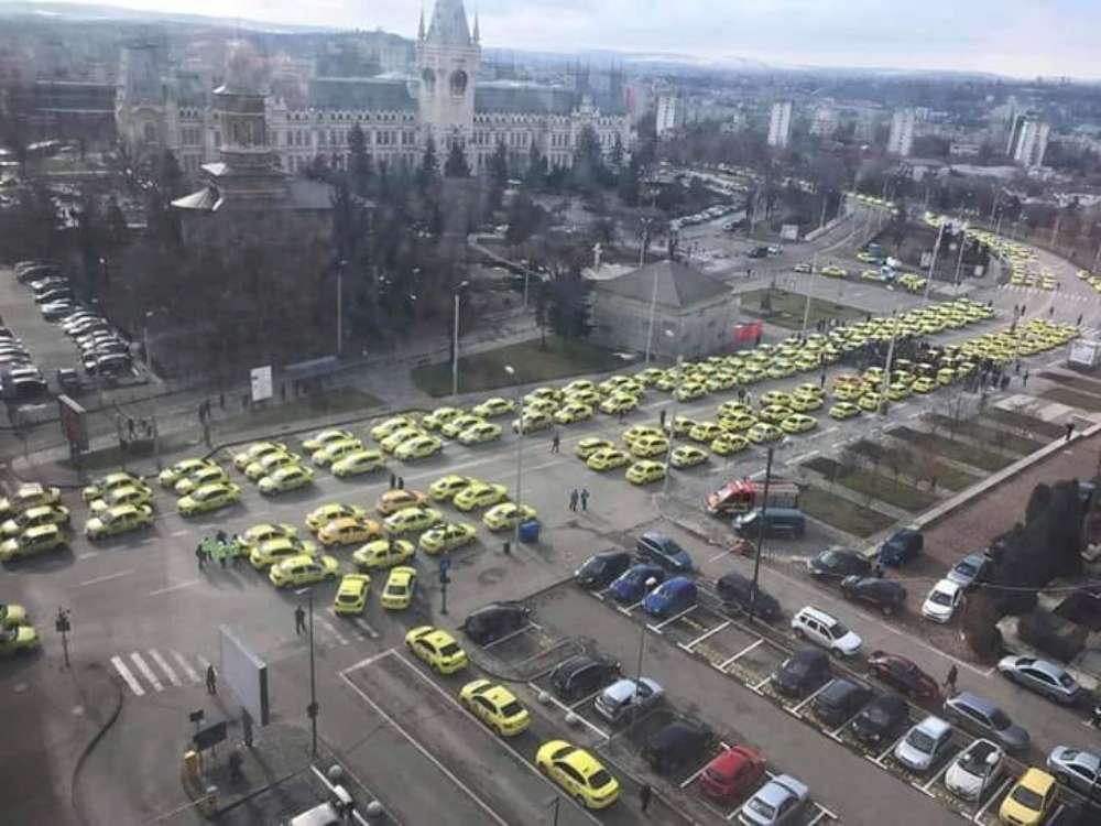 """FOTO. O noua zi de proteste a """"cefelor groase"""" din taximetria ieseana impotriva unui transport civilizat. Reactia strazii"""