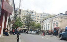 FOTO. O strada istorica din spatele Primariei Iasi, acaparata de grupuri de tigani violenti, in timp ce politistii locali hartuiesc femei pe pietonal