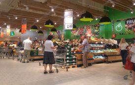 FOTO. Gunoaiele din rafturile Kaufland. Alimentele de la Kaufland, in concurenta cu produsele aruncate la gunoi in pietele din Iasi